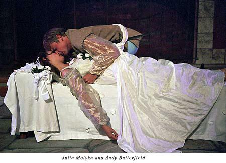 Romeno Kisses Juliet on her bier